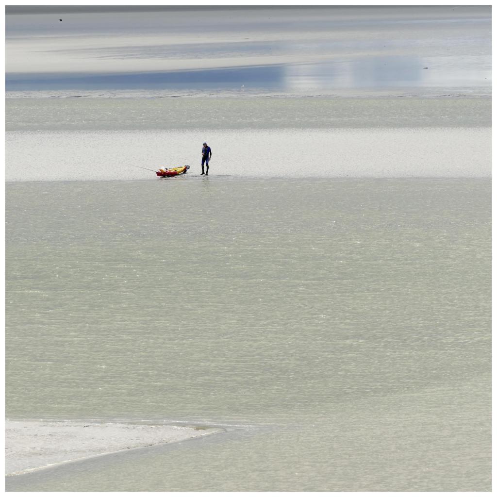 Kayakiste attendant la marée